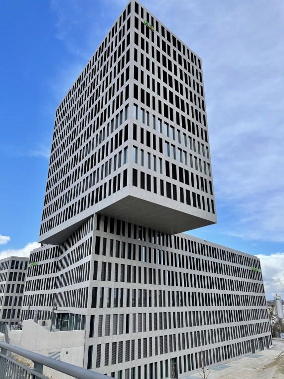 Schreibtischinseln mit 360-Grad City- & Alpenblick am Münchner Hirschgarten zur Zwischenmiete