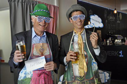 Für ein paar lustige Schnappschüsse aus der Fotobox, wurden den Gästen allerhand Utensilien zur Verfügung gestellt. © MedienNetzwerk Bayern/Franziska Baur