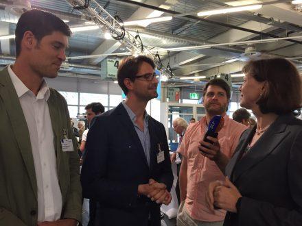 Bayerns Wirtschaftsministerin Ilse Aigner im Gespräch mit Startups.