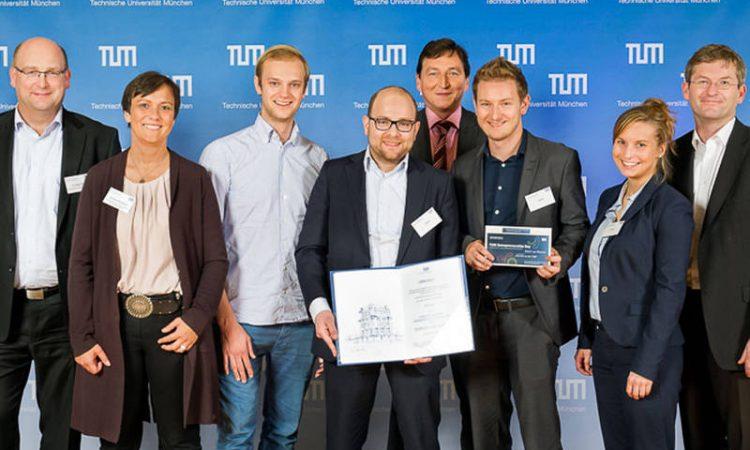 Strahlende Sieger: das Celonis-Team Alexander Rinke, Bastian Nominacher (3., 4.v.l.), Julia Meier und Julian Baumann (2., 3.v.r.) mit der Jury des Presidential Entrepreneurship Awards.