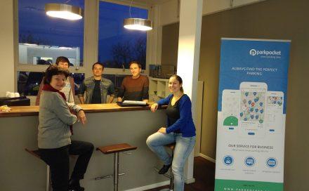 Munich Startup Redaktionsleiterin Gabriele Böhmer mit Gründern und Mitarbeitern von Parkpocket. (Foto: Tischer)