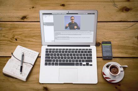 Schrift- oder Gebärdensprachdolmetscher übersetzen für Hörbehinderte über die Online-Plattform des Technologie-Unternehmens (Copyright VerbaVoice).