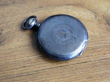 Auf der Rückseite sieht The Tash aus wie eine gewöhnliche Taschenuhr. © The Tash