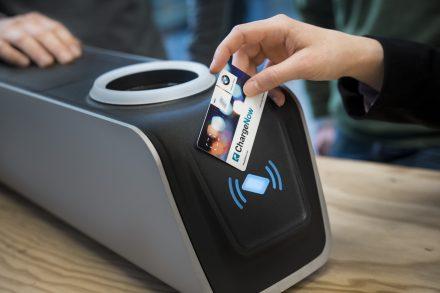 eluminocity und BMW, Strassenbeleuchtung mit Aufladestation fuer e-Fahrzeuge.