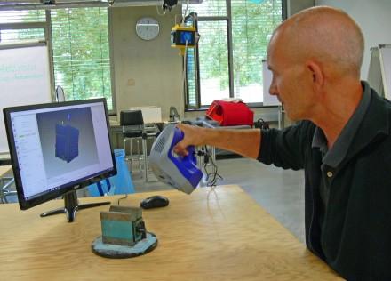Phill Handy, Geschäftsführer von MakerSpace, führt den Artec Space Spider vor. Foto: Artec 3D/Messer