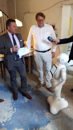 Bürgermeister Josef Schmid (l.) mit Martin Laarmann, Geschäftsführer der Make Germany GmbH, (r.) zu Besuch in der Makeria.