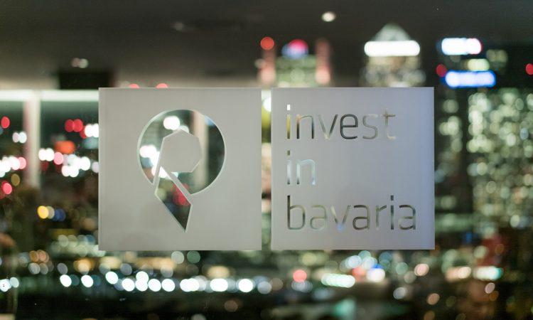 inveset in bavaria logo auf glasscheibe