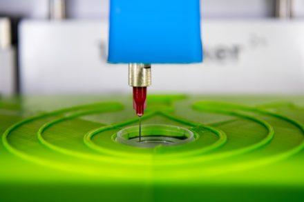Der biotINK Gewebedrucker druckt mit einer Kanüle Gewebe in eine kleine Petrischale. (© Andreas Heddergott / TU München)