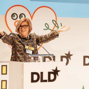 Stephanie Czerny begrüßt die Teilnehmer des DLD