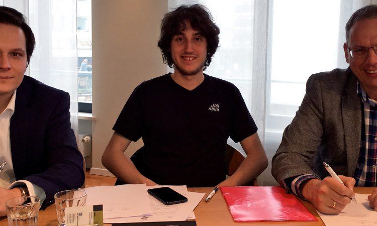 Die JobNinja-Gründer Mircea Popa und Laurent Meyer beim Notartermin mit HR4YOU-Vorstand Konrad Schlebusch