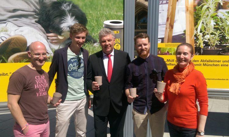 Clemens Pech, Florian Pachaly und Fabian Eckert von Recup (l., 2.v.l., 2.v.r) mit dem Münchner Oberbürgermeister Dieter Reiter (m.) und Baureferentin Rosemarie Hingerl (r.), Foto: Recup