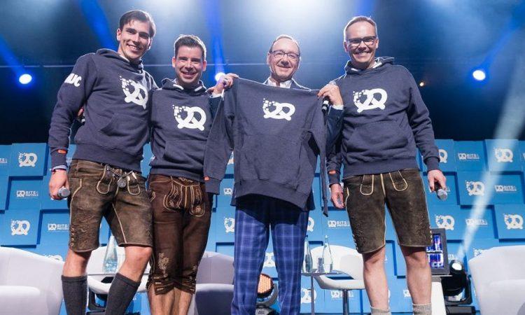 Das neue Veranstalterteam der Bits & Pretzels: Andreas Bruckschlögl, Felix Haas, Kevin Spacey und Bernd Storm (v.l.). Foto: Dan Taylor, dan@dantaylorphotography.com