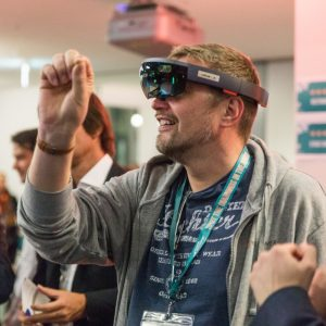 Die Besucher können auf der Tech-Expo die Produkte der Startups ausprobieren.