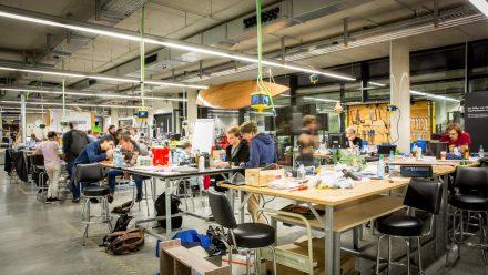 Teams arbeiten im Makerspace