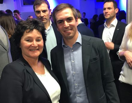 Philipp Lahm mit Gabriele Böhmer, Redaktionsleiterin von Munich Startup, im Münchner Werk1. (Foto: Munich Startup)