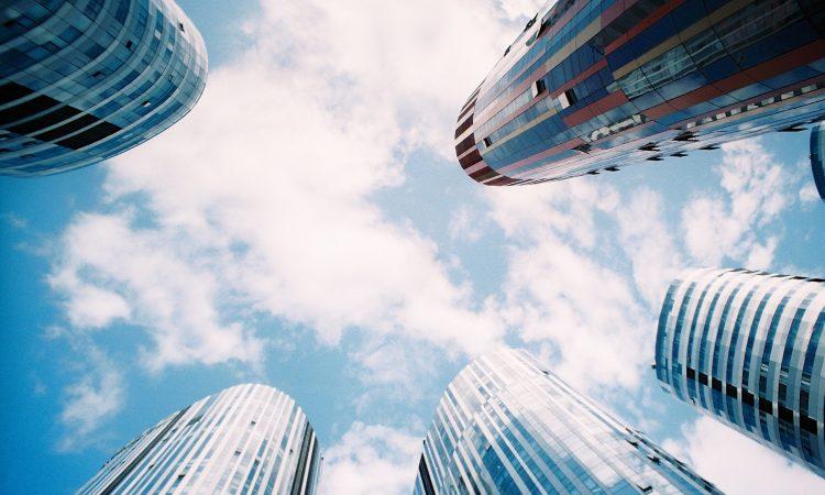Wolkenkratzer blauer Himmel