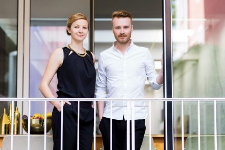 Die beiden Gründer Lisbeth Fischbacher und Daniel Hoheneder vor ihrem Büro