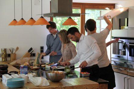 Das Team beim gemeinsamen Kochen mit Gründer Philipp Sinn.