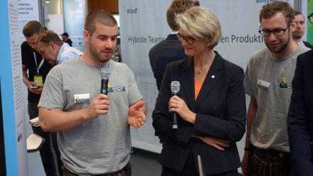 Felix Brombacher (li.) von Crashtest Security erklärt Ministerin Karliczek, was sein Startup leistet.