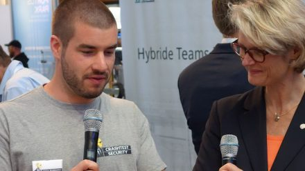 Crashtest Security Gründer Felix mit Ministerin Karliczek.