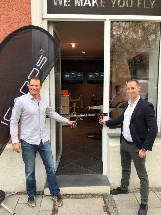 Die Gründer Michael Schmidt und Johannes Scholl (v.l.) bei der Shop-Eröffnung. (Foto: Icaros)