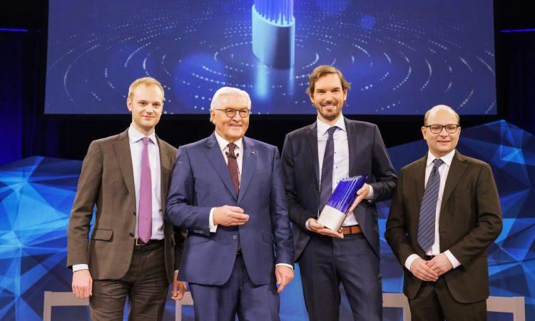 Bundespräsident Frank-Walter Steinmeier mit den Celonis-Gründern Alexander Rinke, Martin Klenk und Bastian Nominacher