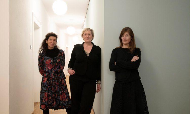 Manu Theobald (Community Management), Christina Schepper-Bonnet (Projektleitung) und Anne Gericke (Raumanfragen) betreuen das Ruffinihaus - Creative Hub (v.l.).