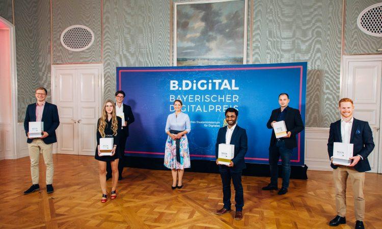 Digitalministerin Judith Gerlach (Mitte) mit den Preisträgerinnen und Preisträgern beim 1. Bayerischen Digitalpreis B.Digital in Schloss Nymphenburg
