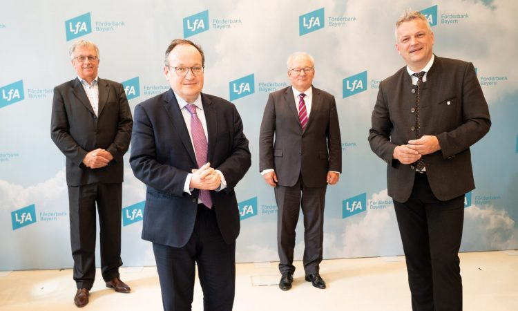 Roman Huber, Geschäftsführer von Bayern Kapital, Ambroise Fayolle, Vizepräsident der EIB, Otto Beierl, Vorstandsvorsitzender der LfA Förderbank und Bayerns Wirtschaftsstaatssekretär Roland Weigert (v.l.)
